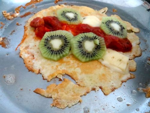 Crepe with salsa, kiwi